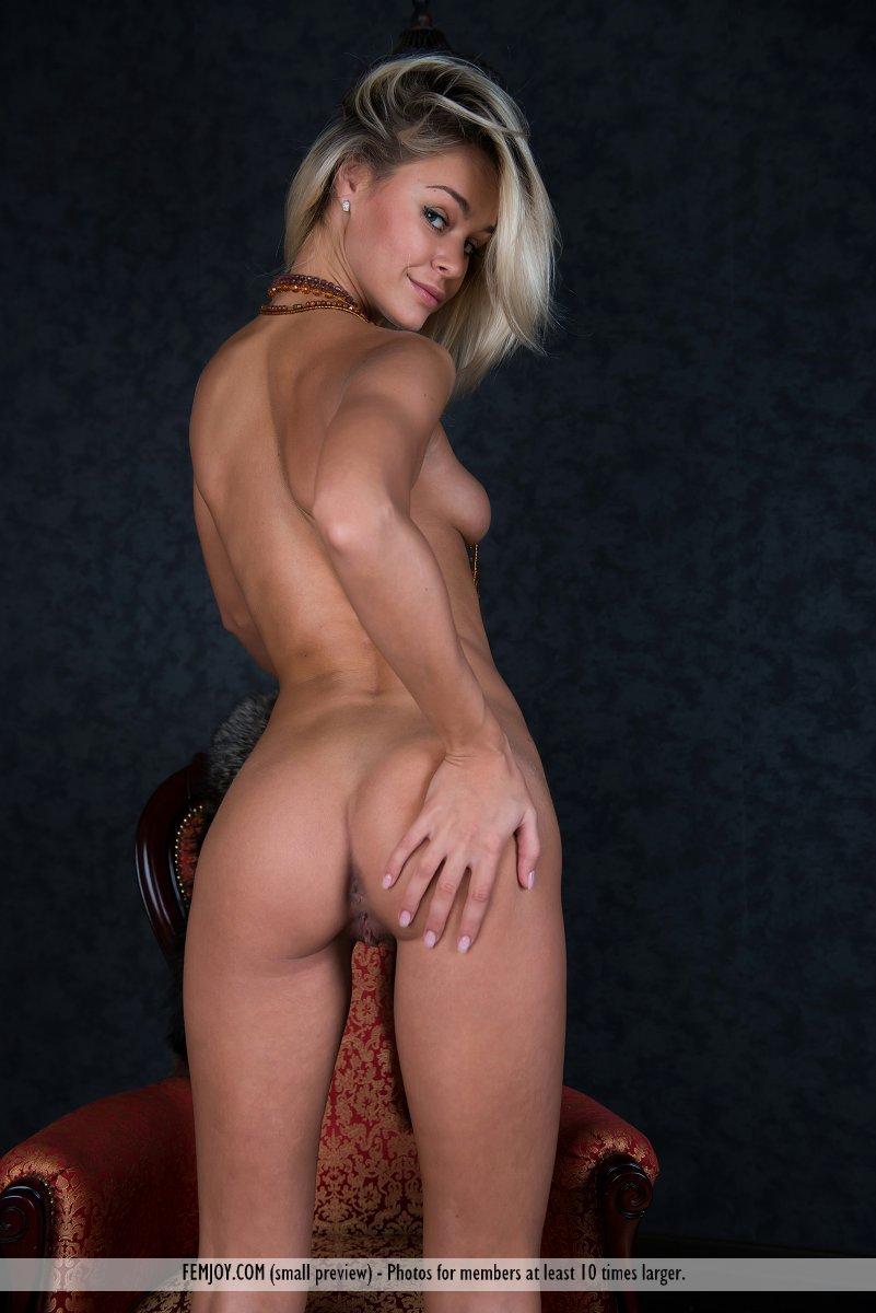 Изящная блондиночка Taylor A снимается обнаженной и дразнит своей бритой пилоткой