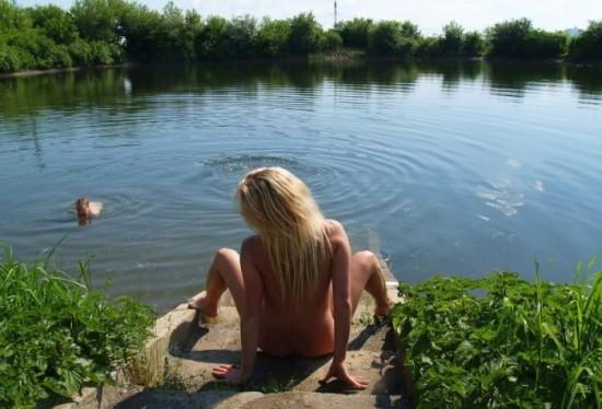 Шикарная светловолосая девушка голышом в лесу