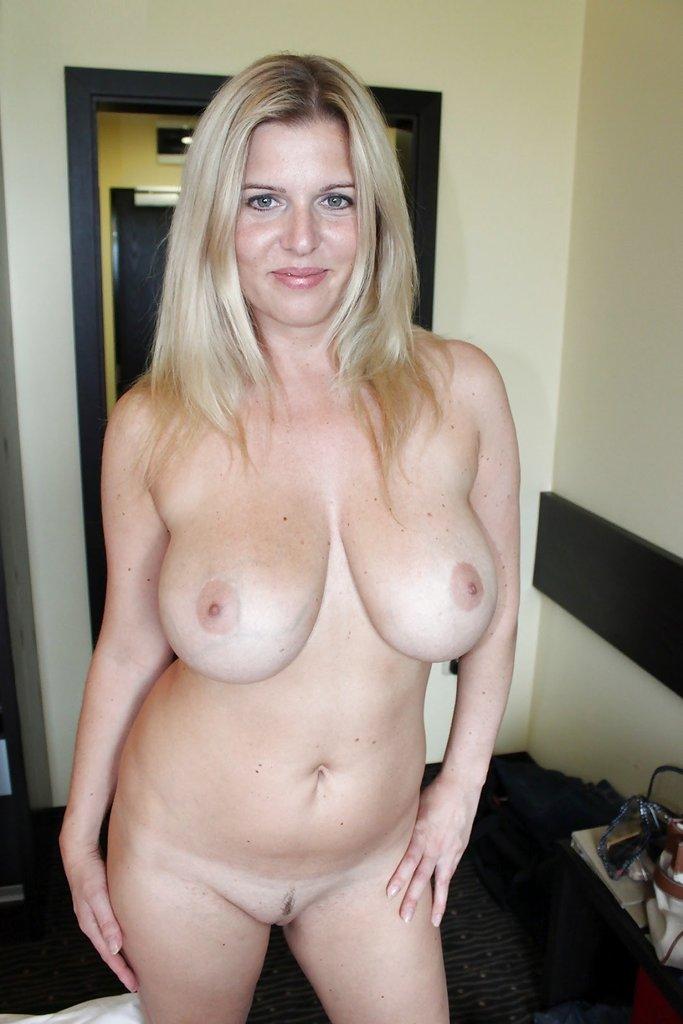 Обнаженные милфы с массивной грудью в домашних условиях