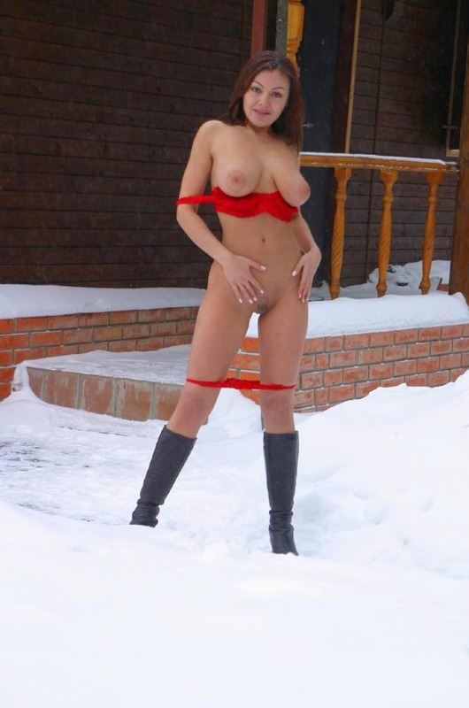 Супермодель хочет раздеваться среди зимних пейзажей