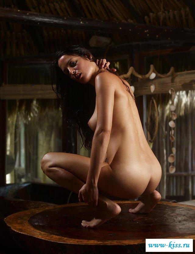 Красиво снимается голая тёмноволосая деваха