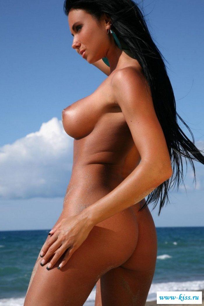 Обнаженная модель с темными волосами с сучьей писькой около океана (20 фото)