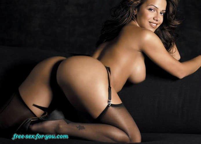 Vida Guerra оголяет гигантские роскошные титьки и милую задницу