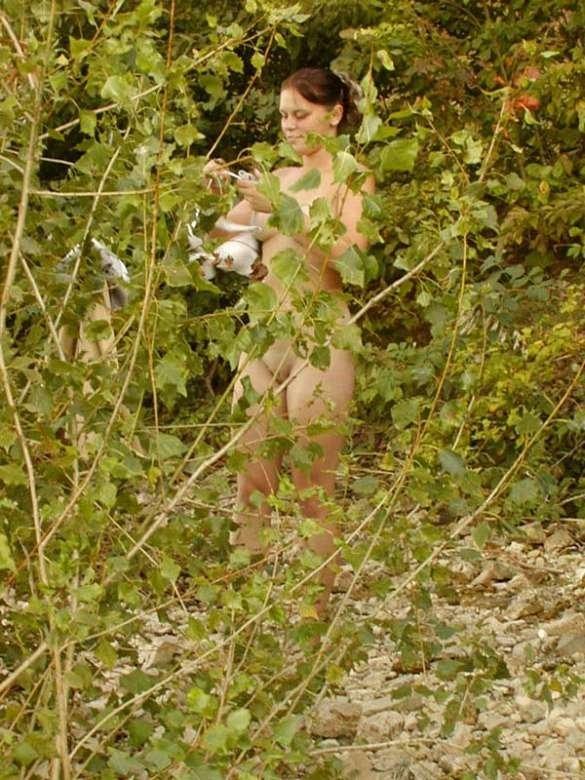 Вуайерист знает, где надо ловить удачные моменты с голыми девахами – там, где они пытаются уединиться