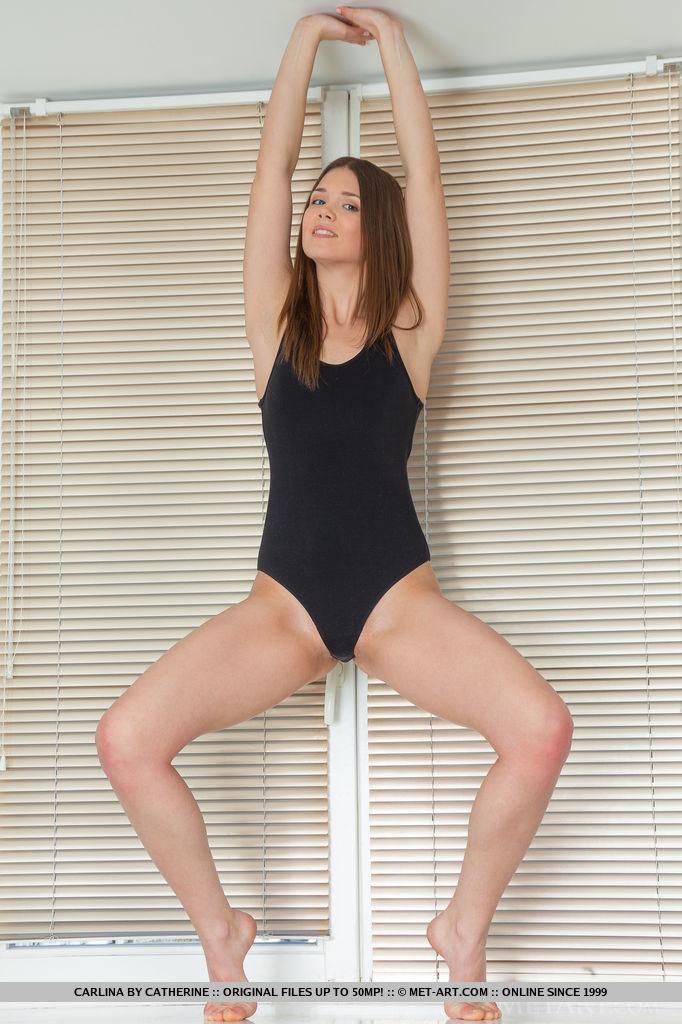 Возбуждающая танцовщица блещет аккуратной промежностью