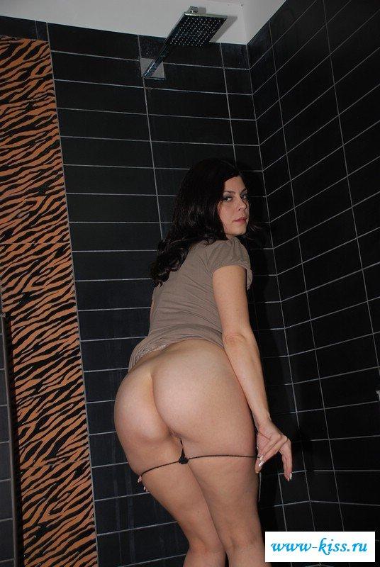 Милая обнаженная срака в клубном туалете