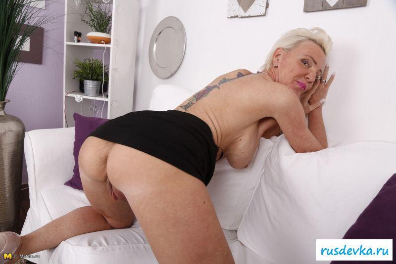 Хорошенькая обнаженная бабулька со стоячими грудями