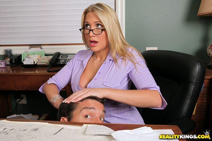 Офисная путана Alanah Rae стаскивает гетры и трахается