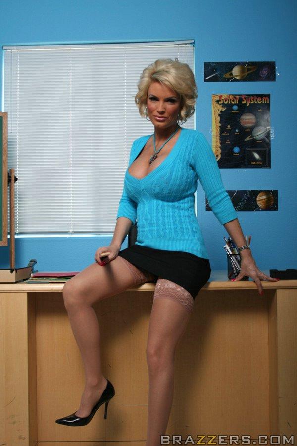 Голубоглазая блондинка в возбужденных гольфах Diamond Foxxx жаждет семя себе на грудь