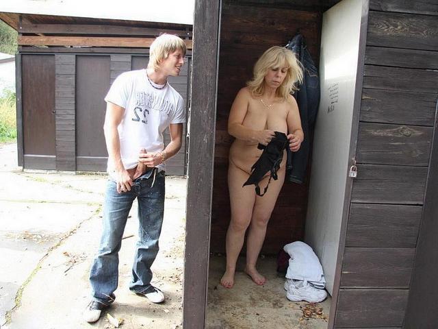 Вуайерист отимел возрастную пухлую блондиночку недалеко от раздевалки