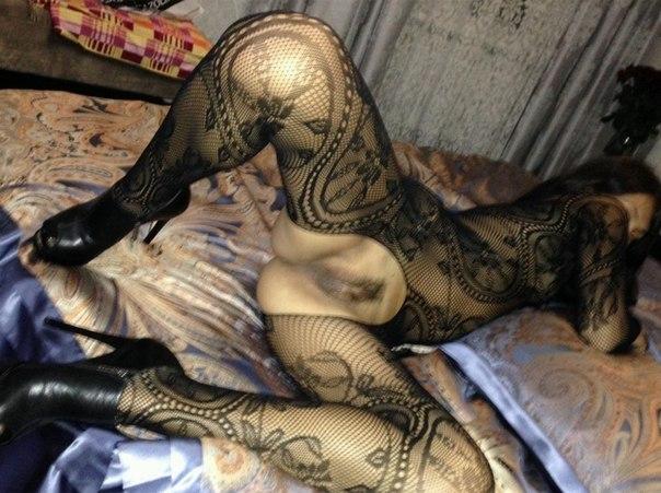 Сексуальная модель становится в позу доги стайл