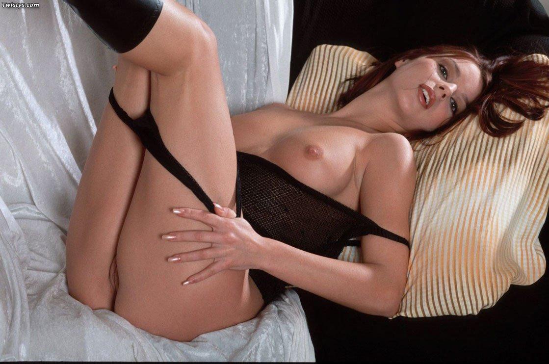 Сисястая Serena Twistys в тёмных сапогах и белье, трогает свою текуoe вагину