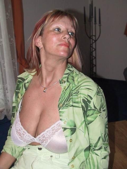 Взрослая топ-модель жаждет подурачится, она снимает лифчик, чтобы для фотосессии начать мастурбировать